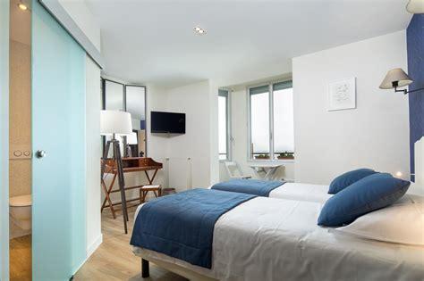 una mansarda bianca  blu   hotel francese mansardait