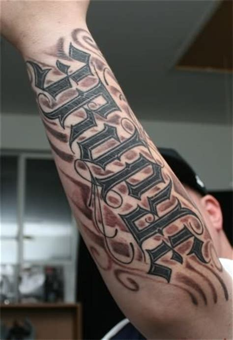 tattoo schriftzuege handgelenk tattoo    form