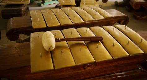 Kemudian sekitar tahun 1968, muhamad burhan di cirebon membentuk grup musik yang bertekad untuk sepenuhnya memainkan alat musik bambu. 10 Alat Musik Tradisional Indonesia
