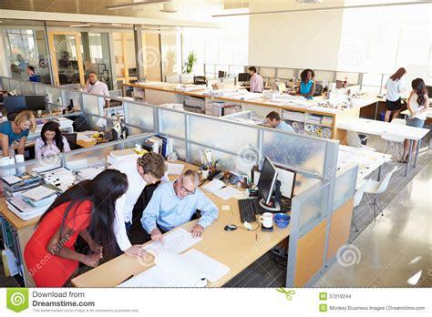plan des bureaux intérieur de bureau ouvert moderne occupé de plan images