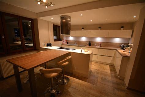 cuisine et bois cuisine blanche sans poignées avec plan bois et dekton