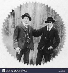 20er Jahre Männer : menschen m nner portrait halbe l nge 20er jahre zwei m nner mit zigaretten der 1920er jahre ~ Frokenaadalensverden.com Haus und Dekorationen