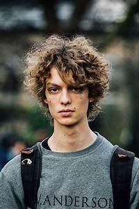 Coiffure Homme Cheveux Bouclés : cheveux longs boucles homme coiffures populaires ~ Melissatoandfro.com Idées de Décoration