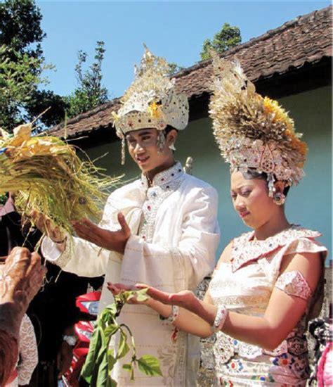 uniknya upacara pernikahan adat bali kabari news