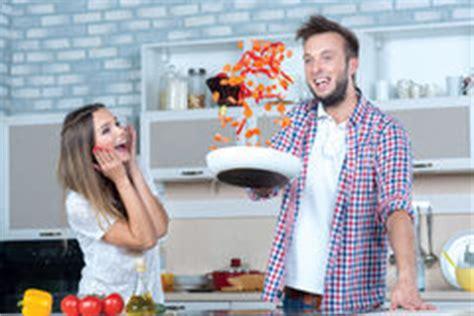 faisant l amour dans la cuisine amour dans la cuisine image stock image du danois pâte
