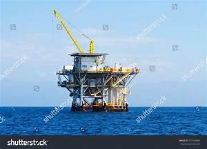 Large Pacific Ocean Offshore Oil Rig Stock Photo 207346888 ...