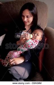 Spielzeug Für 8 Monate Altes Baby : ein nettes m dchen f r f nf monate altes baby mit gro en blauen augen und haar spielt mit ihrem ~ Yasmunasinghe.com Haus und Dekorationen