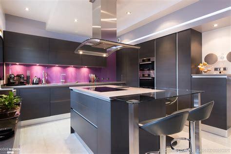 cuisine ouverte melangeant le noir  la couleur claire
