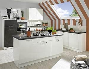 Kleine, moderne Küche mit viel Stauraum unter der Dachschräge