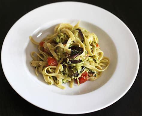 cuisine italienne pates pâtes aubergine et pesto d 39 ail et basilic cuisine