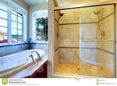 con la doccia bagno moderno con la doccia della porta della vasca e di
