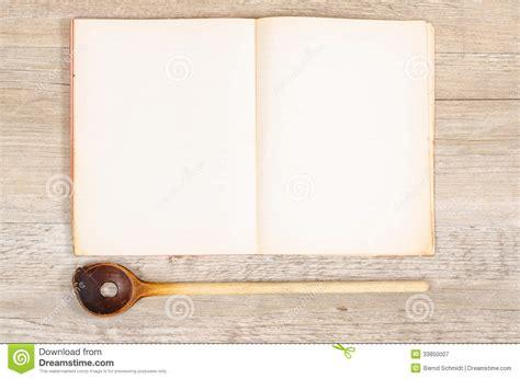 cuill鑽e en bois cuisine vieux papier d 39 un livre avec l 39 espace en bois spoan et des textes photographie stock libre de droits image 33850007