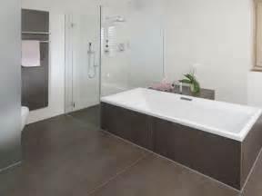 bad beige grau badezimmer design fliesen braun geezbet