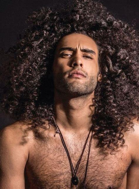 beeindruckende herrenfrisuren fuer lockiges haar