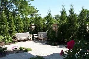 Gartengestaltung Unter Bäumen : sitzecke garten sichtschutz hohe b ume steinplatten bodenbelag ~ Yasmunasinghe.com Haus und Dekorationen