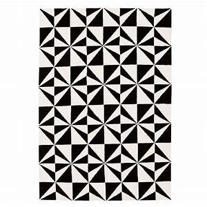 Tapis Graphique Noir Et Blanc : tapis design bicolore noir et blanc motifs g om triques ~ Teatrodelosmanantiales.com Idées de Décoration