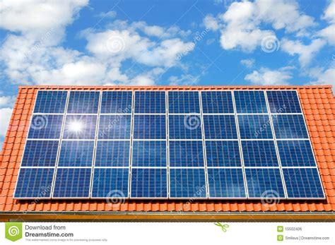 panneau solaire sur un toit image libre de droits image 15502406