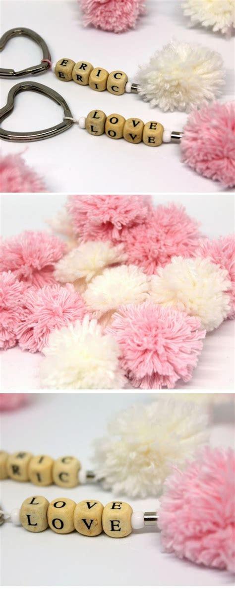 valentinstag geschenke selber machen für männer ein geschenk herzen diy pompon schl 252 sselanh 228 nger selber machen alle diys diycarinchen