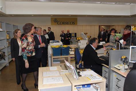 un bureau de poste la reine sofia visite un bureau de poste