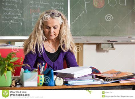 bureau de professeur professeur derrière bureau photos stock image 17522733