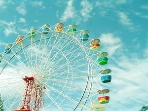 Ferris Wheel >.