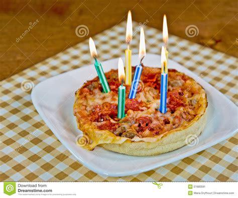 candele di compleanno candele di compleanno su pizza immagine stock immagine