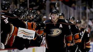 Ducks' Perry leaves game after taking big hit - Sportsnet.ca