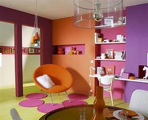 Deco Pour Salon : couleurs vives pour salon orange fushia vert anis violet ~ Teatrodelosmanantiales.com Idées de Décoration