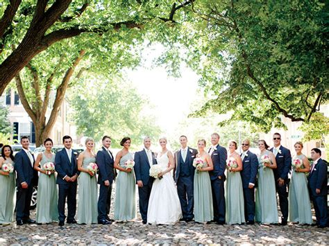 A Guide To What To Gift Your Wedding Party
