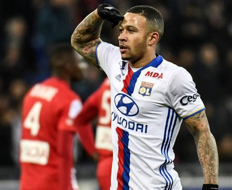 olympique lyon star memphis depay  donation  cape