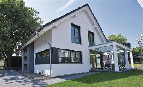 Haus Mit Satteldach by Satteldach Haus Modern Mit Pergola Terrasse