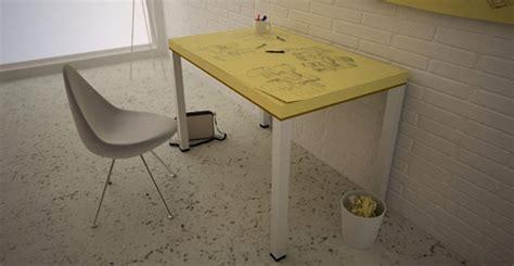 bureau post it une note adhésive géante en guise de bureau pour créatifs