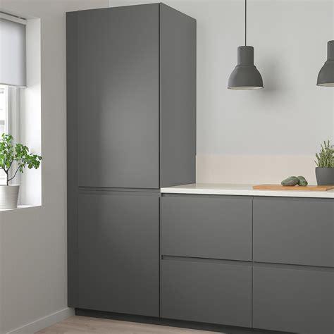 It brings clean lines and an open, modern look to your kitchen. IKEA - VOXTORP Door in 2020 | Dark grey kitchen, Ikea ...