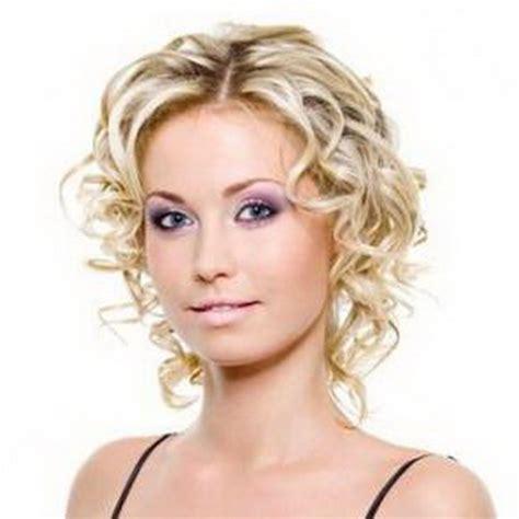 coupe cheveux frisés courts femme coupe cheveux boucles femme