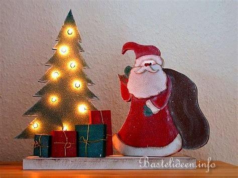weihnachtsmann selber basteln basteln mit holz weihnachtsmann und beleuchteter weihnachtsbaum