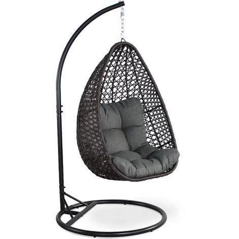 siege en osier fauteuil suspendu uovo en résine tressée marron et coussin