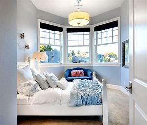 Schlafzimmer Einrichten Romantisch : ein kleiner erker macht das schlafzimmer romantisch die vielen kissen machen es gem tlich ~ Markanthonyermac.com Haus und Dekorationen