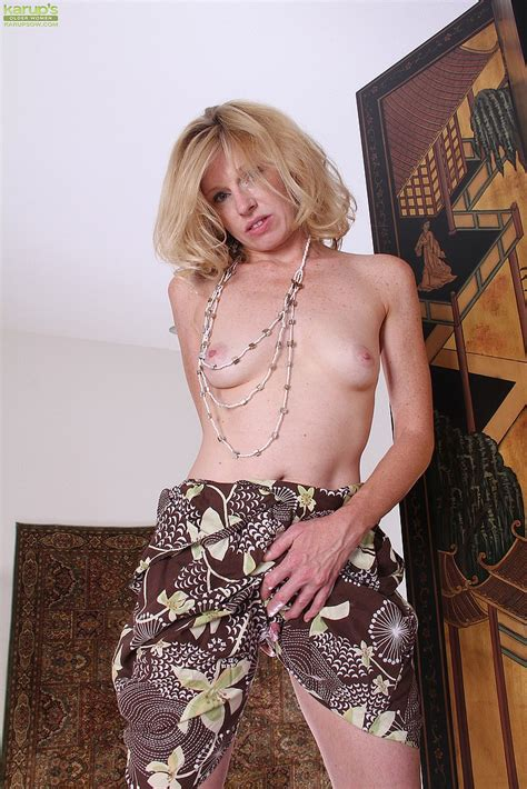 Milf Holly Jones Display Her Natural Assets Moms Archive