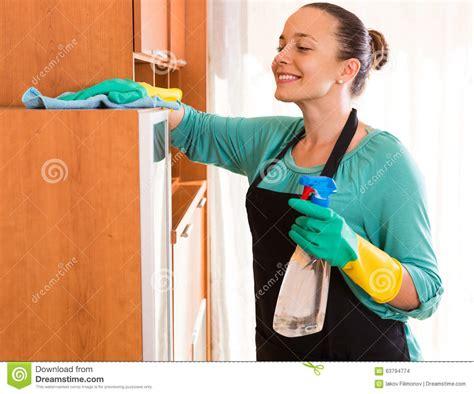 nettoyage de bureau nettoyage de femme au bureau photo stock image du