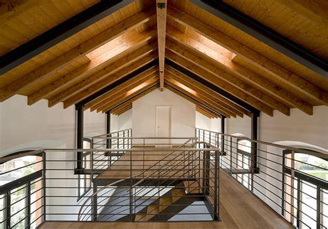soffitto con travi verniciare le travi in legno con l impregnante gel