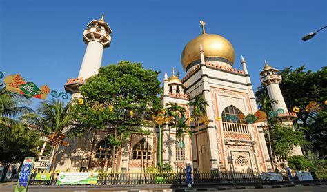 mengunjungi masjid sultan terbesar  tertua