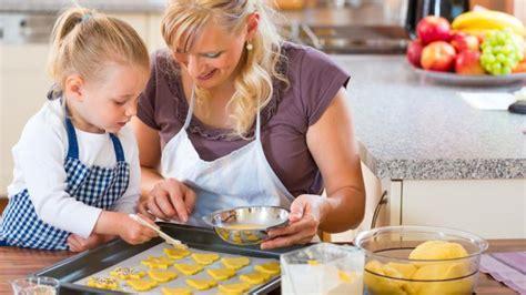 cuisiner avec les enfants 8 avantages de cuisiner avec enfant yoopa ca