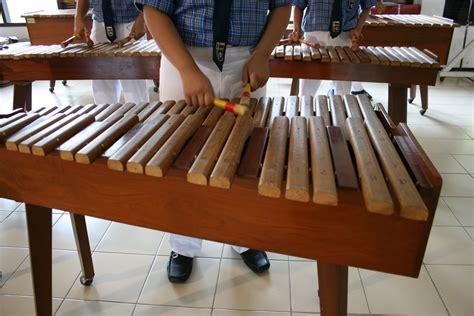 Bunyi yang dihasilkan alat musik itu berasal dari kayu yang dipukulkan pada bagian bundaran di bagian atasnya. 30 Alat Musik Tradisional Indonesia yang Terkenal   BukaReview