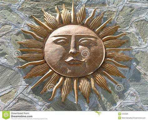 de god van de zon tegen steen stock foto afbeelding
