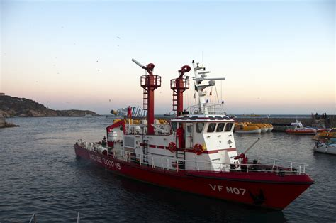 Fire Boat Pics by 1000 Images About Firefighter Fire Boats On Pinterest