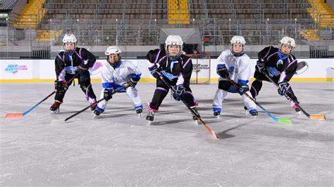 Eishockey n (genitive eishockeys, no plural). Zuwachs im deutschen Eishockey hält weiter an