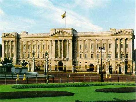 The palace is a setting for state occasions, royal entertaining, and is a major tourist attraction. World Visits: Buckingham Palace Beautiful Architects Design