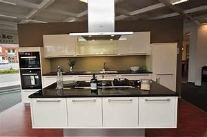 Küchen Modern Mit Kochinsel : h cker musterk che moderne h cker k che mit kochinsel in magnolie hochglanz lackiert ~ Sanjose-hotels-ca.com Haus und Dekorationen