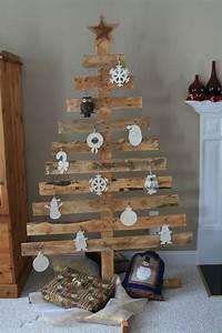 Deko Weihnachtsbaum Holz : tannenbaum aus einer holzpalette mit wei en anh ngern geschm ckt crafty me weihnachten ~ Watch28wear.com Haus und Dekorationen