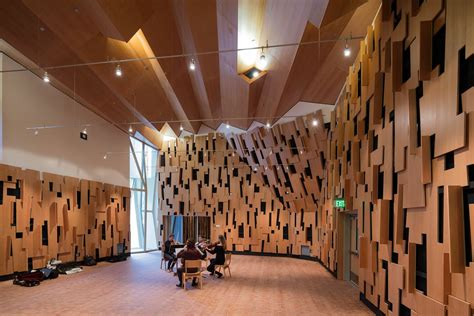 evelyn  mo ostin  center wins los angeles